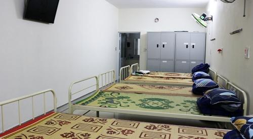 Căn phòng khép kín đầy đủ giường, chiếu, chăn, gối, ti vi, tủ đựng đồ cá nhân, quạt, điều hòa nơi 5 cụ ông vừa được đưa vào ở, chăm sóc. Ảnh: Giang Chinh