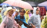 Dòng người đội mưa ba tiếng để lên dâng hương vua Hùng