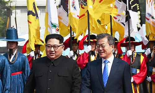 Ông Kim Jong-un (áo đen) và ông Moon Jae-in gặp nhau ở Panmunjom. Ảnh: Yonhap.