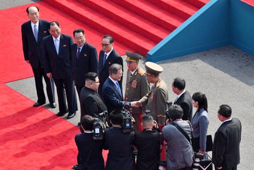 Ông Moon Jae-in bắt tay các tướng quân đội trong phái đoàn Triều Tiên. Ảnh: Korea Herald.