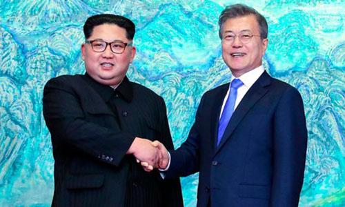 Lãnh đạo Triều Tiên Kim Jong-un, trái, và Tổng thống Hàn Quốc Moon Jae-in trong cuộc gặp hôm nay. Ảnh: Telegraph.