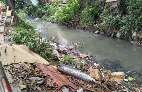 Kênh Hy Vọng là một trong 3 hướng thoát nước của sân bay Tân Sơn Nhất, đangbị lấn chiếm và tắc nghẽn dòng chảy. Ảnh:Hữu Nguyên