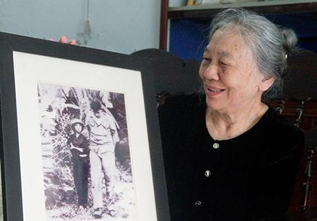 Bà Nguyễn Thị Kim Lai bên bức ảnh chụp mình 53 năm về trước. Ảnh: Đức Hùng