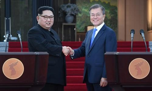 Lãnh đạo Triều Tiên Kim Jong-un (trái) và Tổng thống Hàn Moon Jae-in họp báo tại nhà Hòa Bình ởPanmunjom. Ảnh: AFP