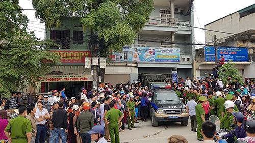 Cảnh sát khám xét căn nhà 744 Quang Trung 3. Ảnh: Lê Hoàng.