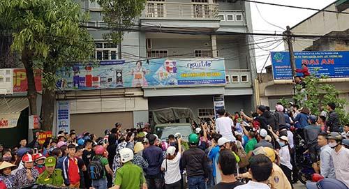 Cả nghìn người dân theo dõi công án khám xét căn nhà 744 Quang Trung 3, chiều 27/4. Ảnh: Lê Hoàng.