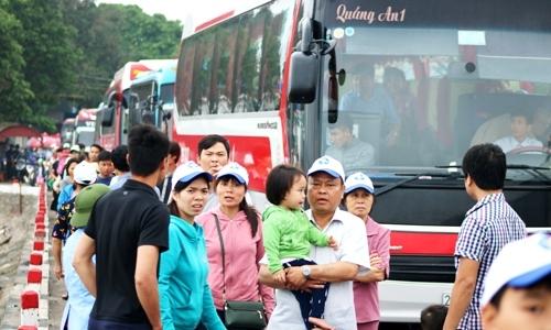 Phà Gót quá tải, khách du lịch xuống xe đi bộ gần 2km