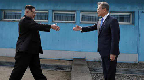 Lãnh đạo Triều Tiên và Hàn Quốc bắt tay ở đường phân giới tại khu phi quân sự. Ảnh: AFP.