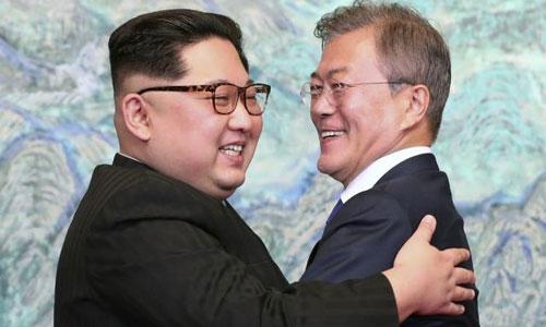 Lãnh đạo Triều Tiên Kim Jong-un và Tổng thống Hàn Quốc Moon Jae-in trong cuộc gặp hôm 27/4. Ảnh: Reuters.