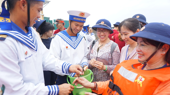 Kiều bào khắp thế giới vượt 1.000 hải lý thăm Trường Sa