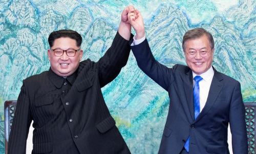 Lãnh đạo Triều Tiên và Tổng thống Hàn Quốc trong cuộc họp thượng đỉnh. Ảnh: Reuters.