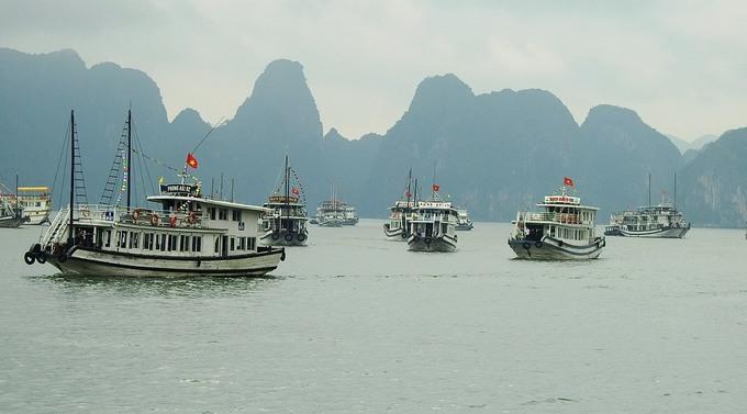Dòng người chen chúc mua vé tham quan vịnh Hạ Long