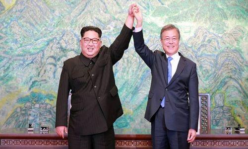 Ông Kim Jong-un và Tổng thống Hàn Quốc Moon Jae-in tại hội nghị thượng đỉnh liên Triều ngày 27/4. Ảnh: AFP.