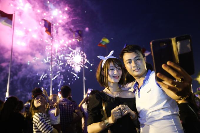 Người dân mãn nhãn với pháo hoa trên bầu trời Sài Gòn