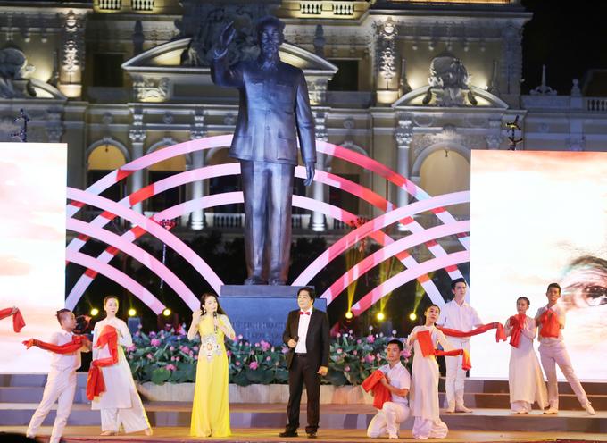 Người Sài Gòn đổ về trung tâm chơi lễ