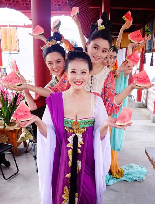 Dàn mỹ nhân trong phim Võ Tắc Thiên cũng chọn dưa hấu làm món ăn ưa thích.