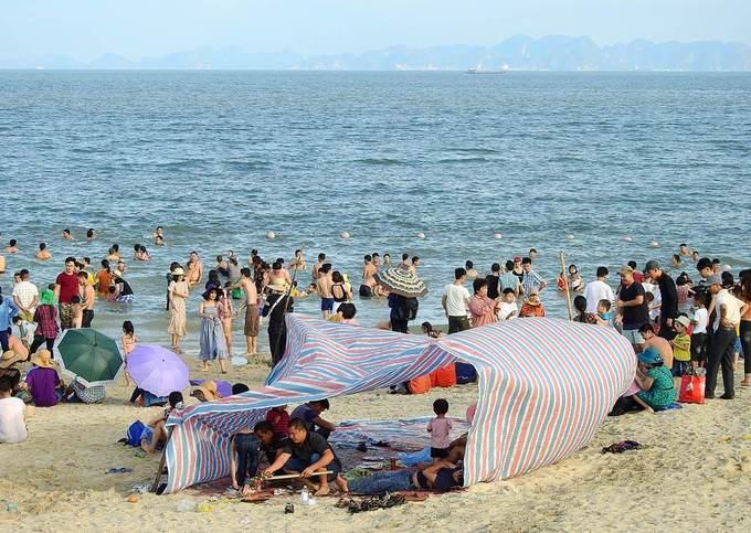 Biển Hạ Long ken đặc người ngày nghỉ lễ
