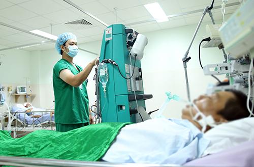 Sau hai tuần chữa trị, ông Tuấn qua cơn nguy kịch nhưng tim vẫn còn phải đập theo máy tạo nhịp. Ảnh: Bệnh viện cung cấp