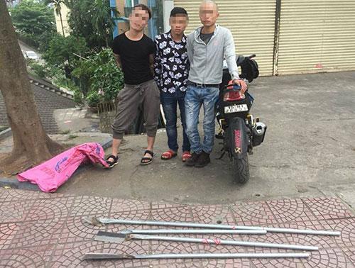Nhóm thanh niên cầm hung khí phóng xe nghênh ngang giữa đường - ảnh 1