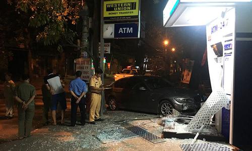 Ôtô BMW nổ lốp, tông nát trụ ATM ở Sài Gòn