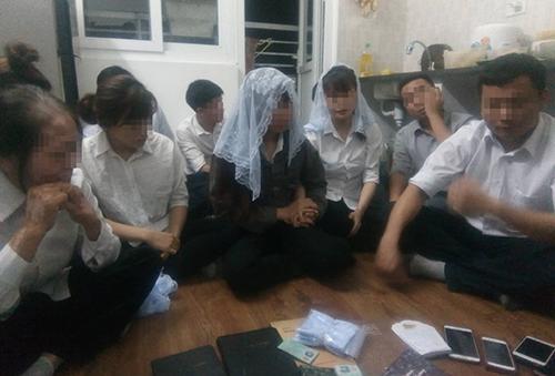 Nhóm người bị nhà chức trách Nghệ An mời về trụ sở làm việc đêm 29/4. Ảnh: Hải Bình.