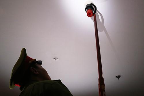 Cảnh sát kiểm tra hệ thống phun nước, chữa cháy tự động. Ảnh: Xuân Ngọc
