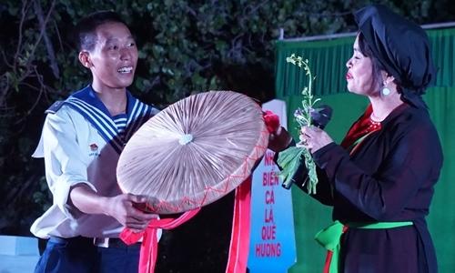 Việt kiều Italy hát quan họ tặng lính đảo Trường Sa