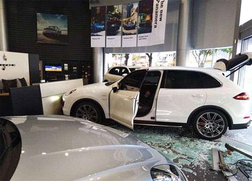 Chiếc Cayenne màu trắng đâm vỡ cửa kính, ủn quầy lễ tân đi cả mét. Ảnh: Asiawire.