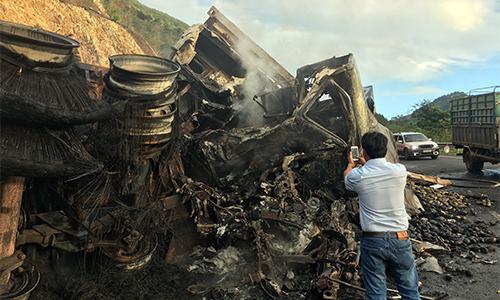 Hai xe container đâm nhau bốc cháy ở đèo Mang Yang, 3 người chết