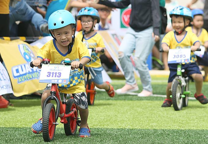 Vận động viên nhí thi xe đạp thăng bằng