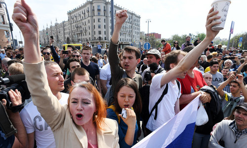 Ít nhất 300 người biểu tình bất hợp pháp bị bắt ở Nga