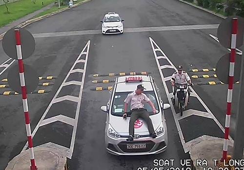 Tài xế taxi hất nhân viên an ninh sân bay Nội Bài lên capo