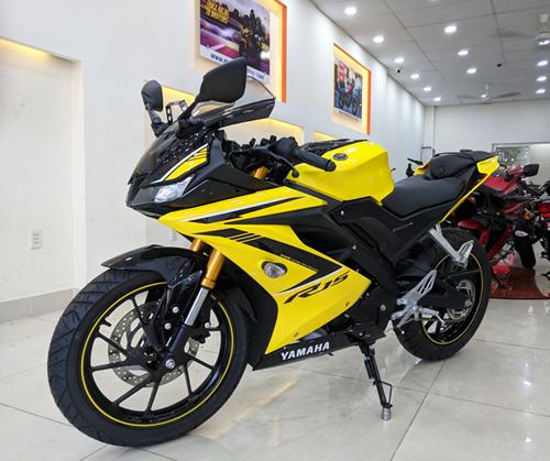Yamaha R15 2018 tem vàng Racing Yellow tại một cửa hàng trên đường Âu Cơ, Quận Tân Phú, TP. HCM. Ảnh: Sum Nguyễn.