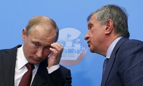 Igor Sechin trò chuyện cùng Tổng thống Putin. Ảnh: Reuters.