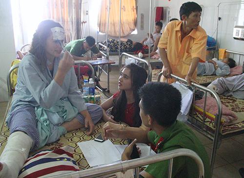 Một số người nước ngoài bị thương trong vụ tai nạn. Ảnh: Đức Hùng
