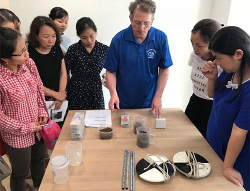 Tiến sĩTony P.Murphy, Giám đốc Văn phòng thực hiện Globe hướng dẫn các giáo viên Việt Nam tham gia thực hành nội dung chủ đề về đất. Ảnh: VNSC.