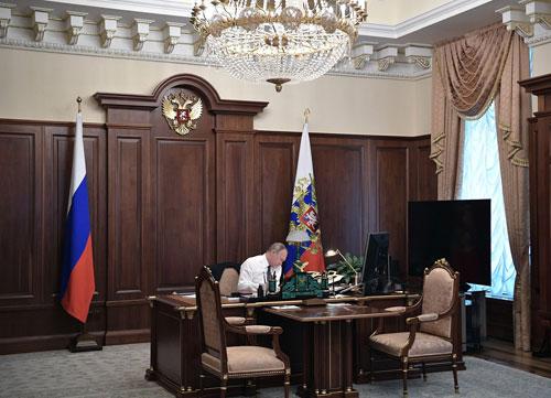 Putin ngồi trong phòng làm việc ngay trước lễ nhậm chức Tổng thống nhiệm kỳ thứ tư. Ảnh: Reuters.