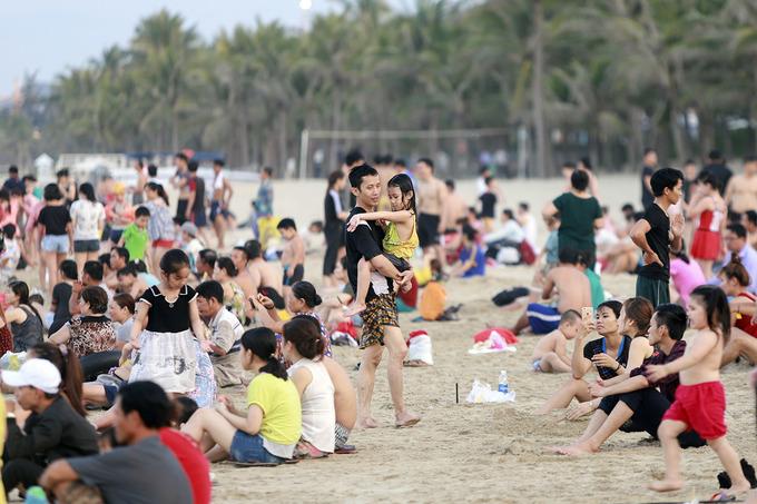 Nóng 37 độ C, người dân đổ ra bãi biển Đà Nẵng 'giải nhiệt'