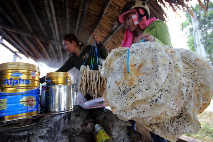 Người dân Quảng Nam chặt mía, nấu đường nhúng bánh tráng