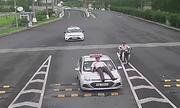 Lái xe taxi hất nhân viên sân bay lên capô bị truy cứu hình sự