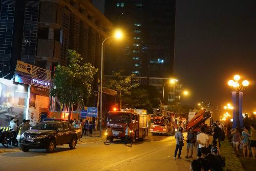Cảnh sát điều xe cứu hoả đến nơi xảy ra vụ cháy. Ảnh: Gia Chính