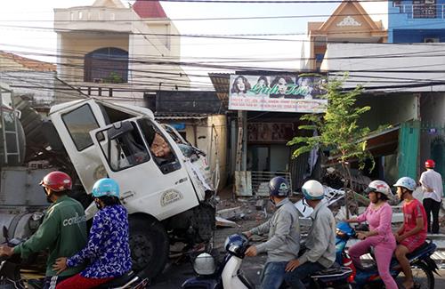 Đến sáng nay, chiếc xe bồn đã được kéo ra khỏi hai căn nhà. Ảnh: Quang Bình