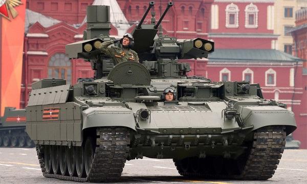 Xe thiết giáp yểm trợ tăng BMPT-72 trên Quảng trường Đỏ. Ảnh: TASS.