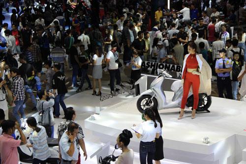 Người dân đến xem triển lãm xe máydiễn ra tại TP. HCM