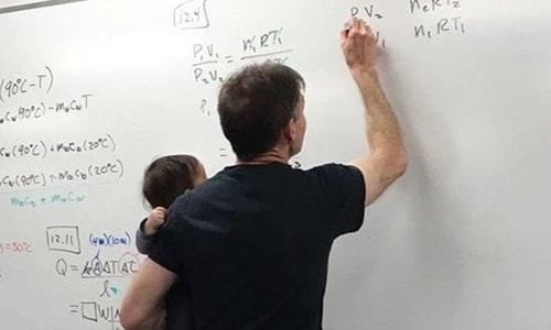 Giáo sư Mỹ vừa bế con hộ sinh viên vừa giảng bài