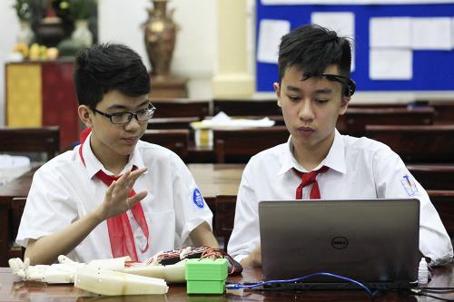 Anh Khôi (trái) và Công Huy cùng nghiên cứu và chế tạo cánh tay robot điều khiển bằng suy nghĩ trong nửa năm qua. Ảnh: Dương Tâm