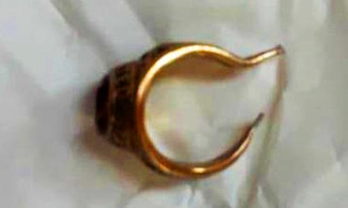 Chiếc nhẫn vàng được cắt ra từ của quý cụ ông 68 tuổi. Ảnh: Tiền Giang