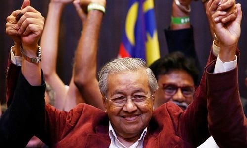 Ông Mahathir Mohamad tại buổi họp báo sau khi có kết quả bầu cử. Ảnh: Reuters.