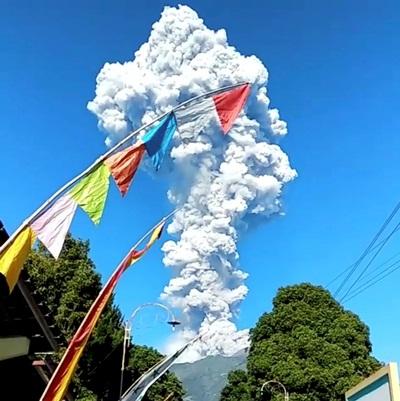 Cột tro bụi khổng lồ do núi lửa Merapi phun trào sáng ngày 11/5. Ảnh: Reuters.