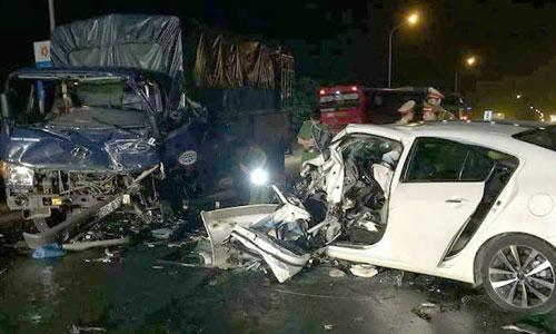 Hai ôtô bẹp dúm sau tai nạn liên hoàn